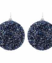 2x donkerblauwe kerstballen 8 cm met folie strookjes kunststof kerstversiering
