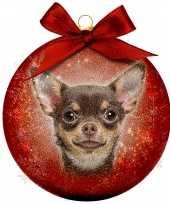 2x rode kunststof dieren kerstballen met chihuahua hond 8 cm