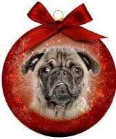 2x rode kunststof dieren kerstballen met mopshond pug 8 cm