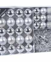 32x zilveren kerstballen 4 5 8 cm en kerstslinger folieslinger matte glanzende glitters kunststof plastic kerstversiering