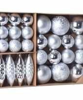 Kerstballen ornamenten pakket 31x zilveren kunststof kerstballen mix